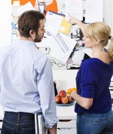 Kvinna och man samtalar
